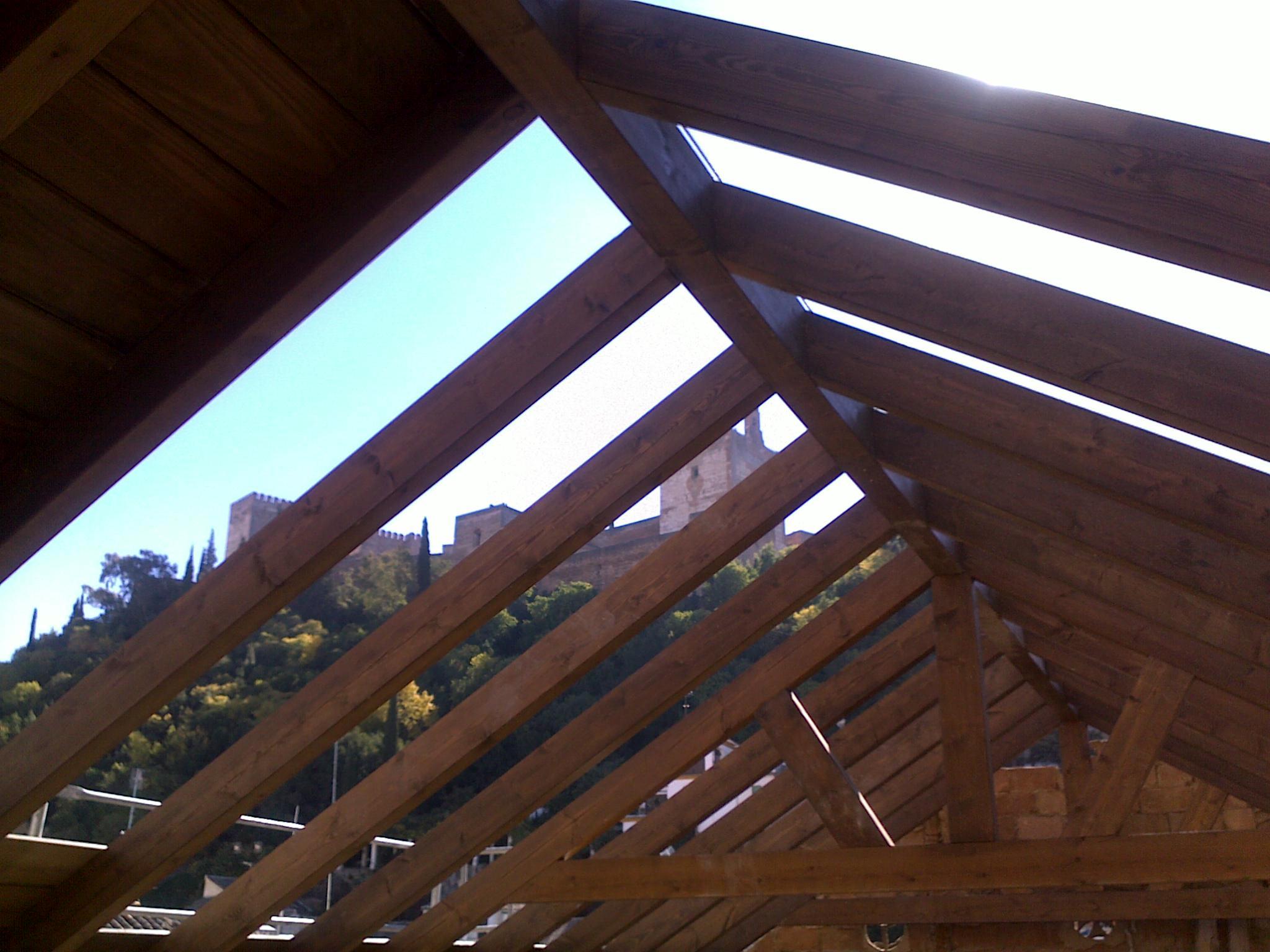 P rgolas de madera a medida en granada techos travesa os for Techos de madera para exterior