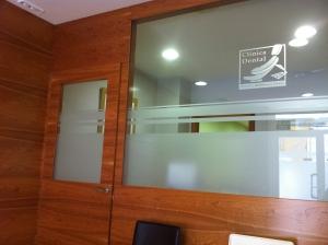 panelado-de-madera-para-clinica-dental-con-cristaleras