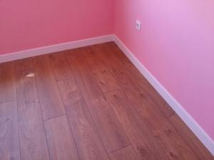 suelo-de-madera-de-jatoba-y-rodapie-blanco