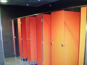 cabinas-sanitarias-fenolica-en-color-naranja