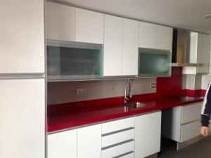 cocina-lacada-en-blanco-con-encimera-roja