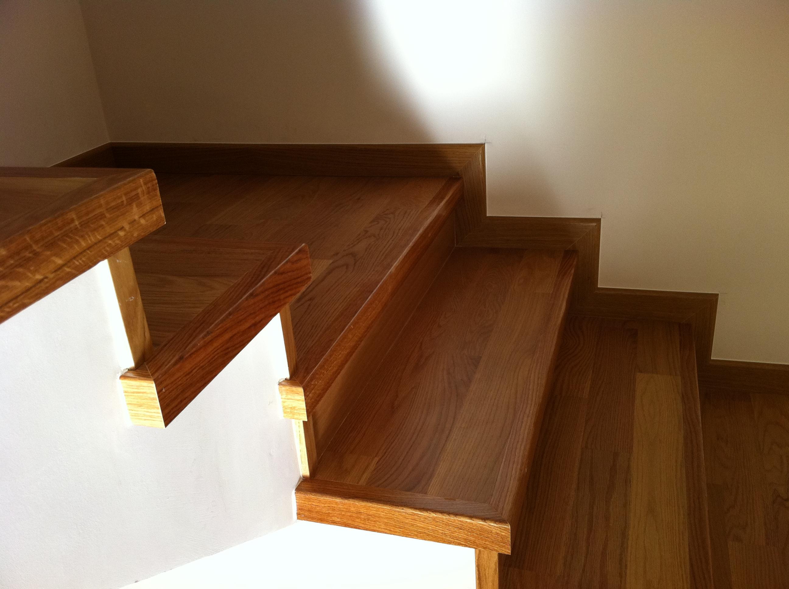 Escaleras y escalones de madera a medida en granada - Empanelados de madera ...