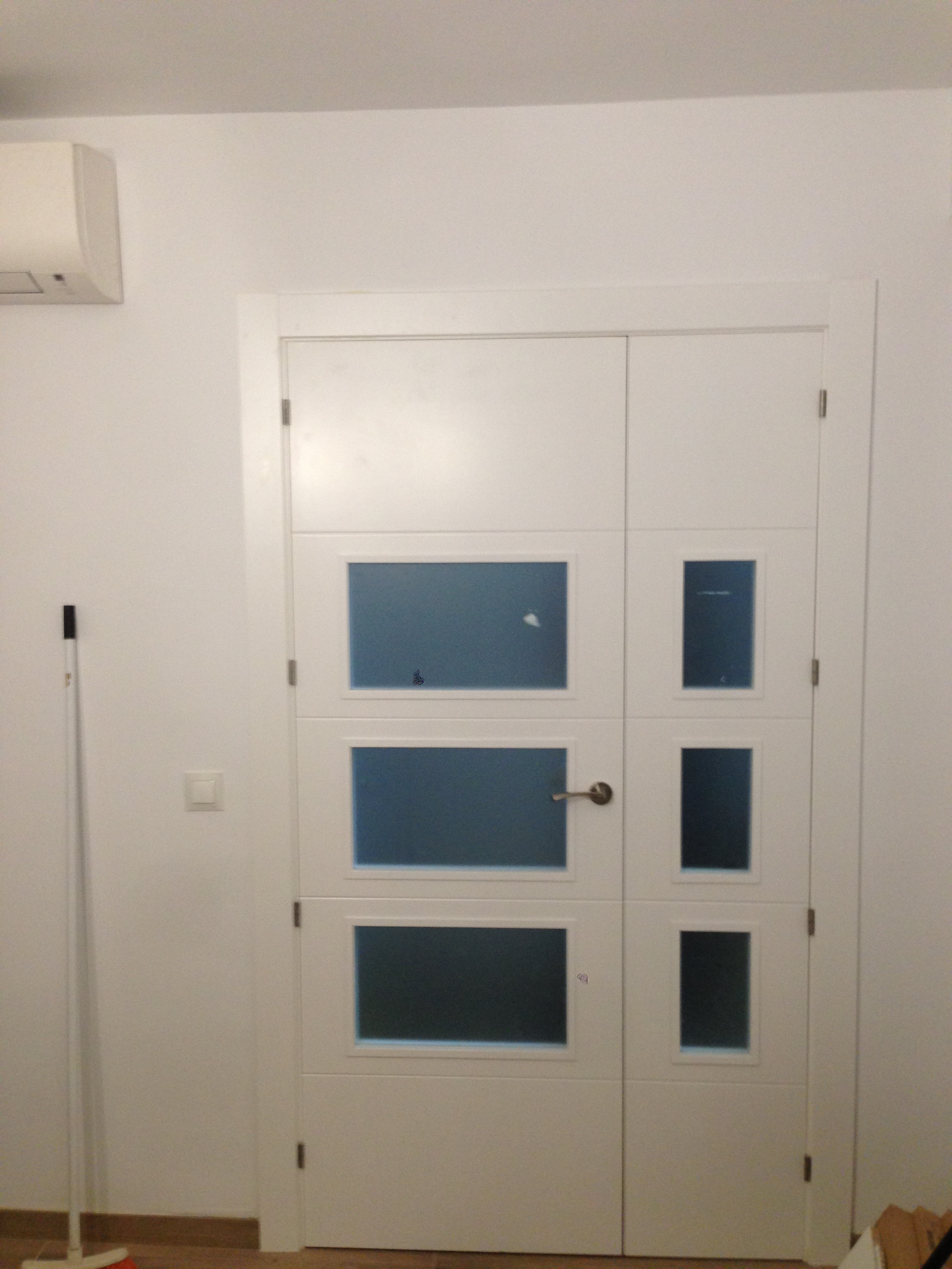 Trabajos realizados puertas lacadas blancas en granada - Puertas con cristales de colores ...