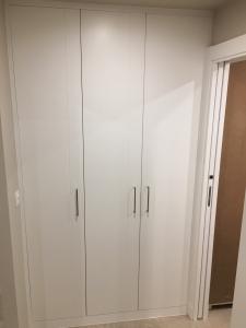 puertas-abatibles-lacadas-en-blanco-para-armario-empotrado