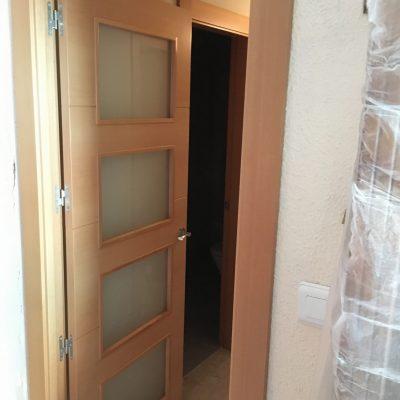 Puerta de madera de haya con vidrio mate al acido