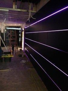 Revestimiento de pared con madera iluminada