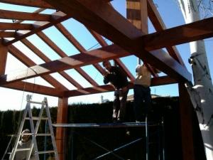 Trabajando en terminar pergola de madera