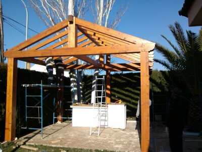 Colocando pérgola de madera para cenador en Granada