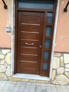 Puerta de entrada de madera de iroko