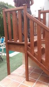 escalera de madera maciza para exterior en Granada