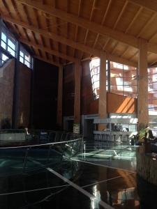Recepcion de hotel con madera