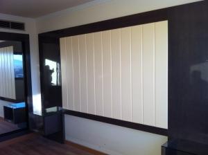 panel-de-madera-en-color-negro-en-cabezera-de-dormitorio