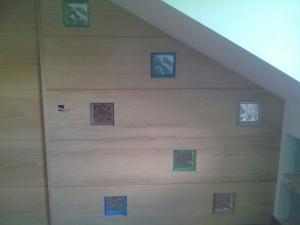 panelado-de-madera-en-color-roble-con-cristales