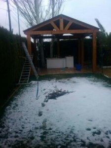 pergola de madera con nieve
