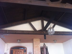 pergola-de-madera-en-porche-de-vivienda