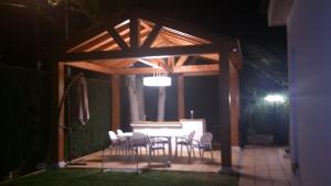 Pérgola de madera iluminada de noche