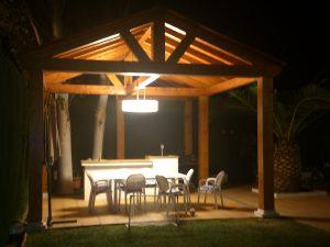 Pérgola de madera vista por la noche