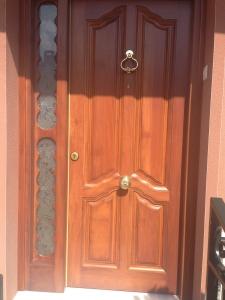 puerta-de-entrada-de-madera-resistente-al-exterior