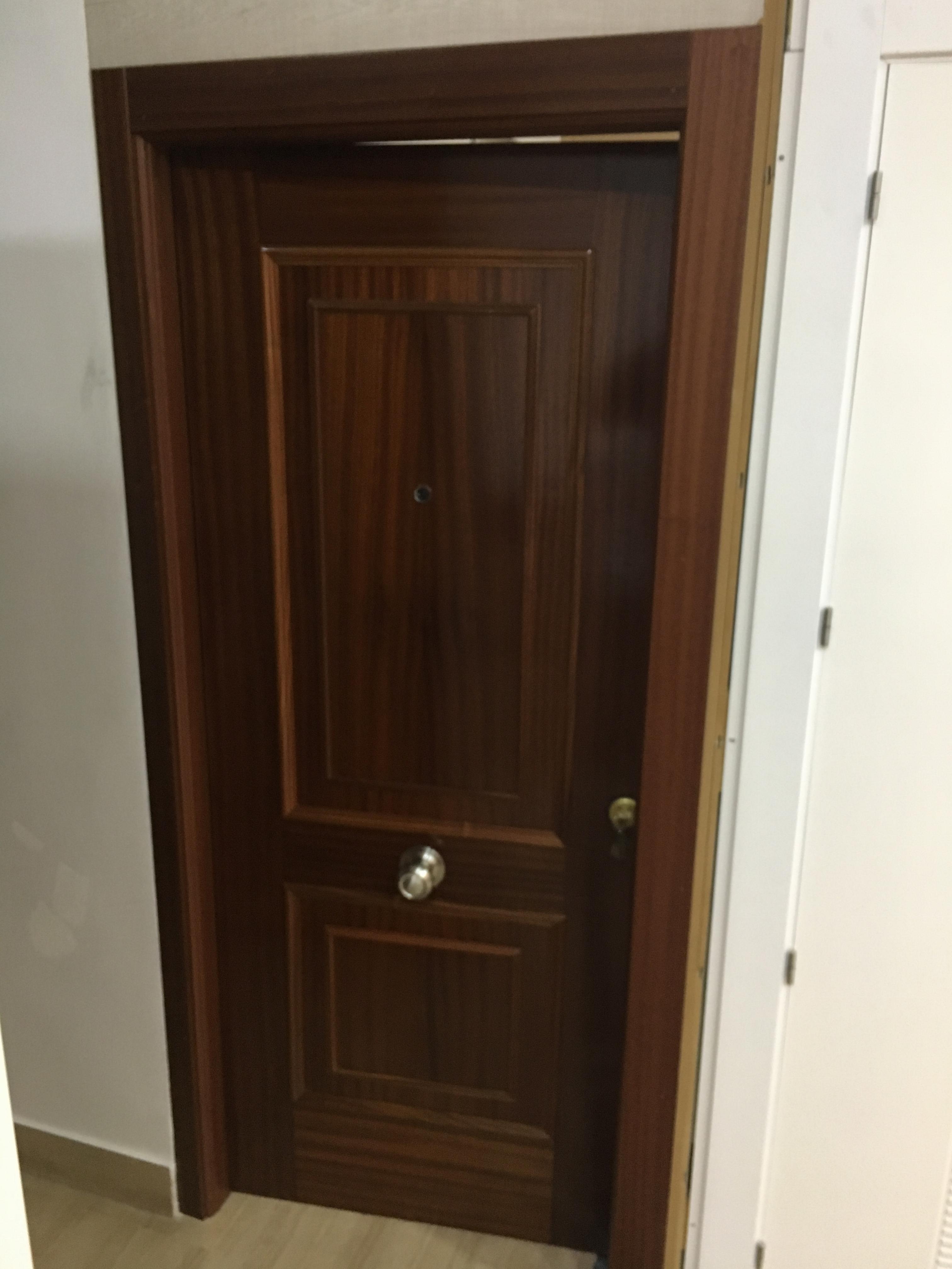 puerta de entrada para pisos en granada carpinteria