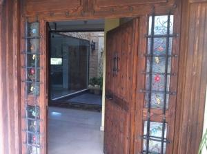 Puerta de entrada rústica decorada