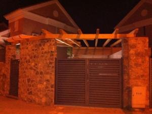 Puerta de entrada garaje en madera en Granada