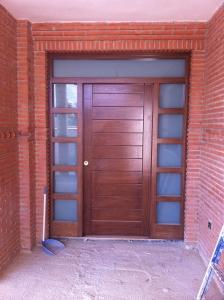 Puerta de entrada con fijo lateral y superior