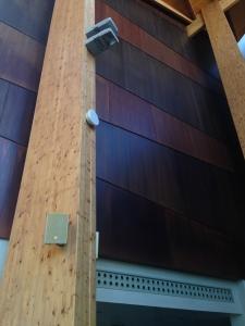 Techos de madera colocados en pared vertical