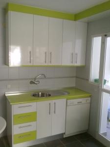 Cocinas en formica blanca encimera verde