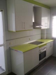 Cocinas en formica blanca con verde