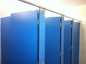 cabina sanitaria de tablero fenólico azul
