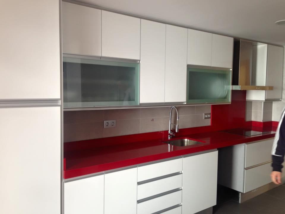 Trabajos realizados de cocinas en granada fotos for Cocina blanca encimera roja