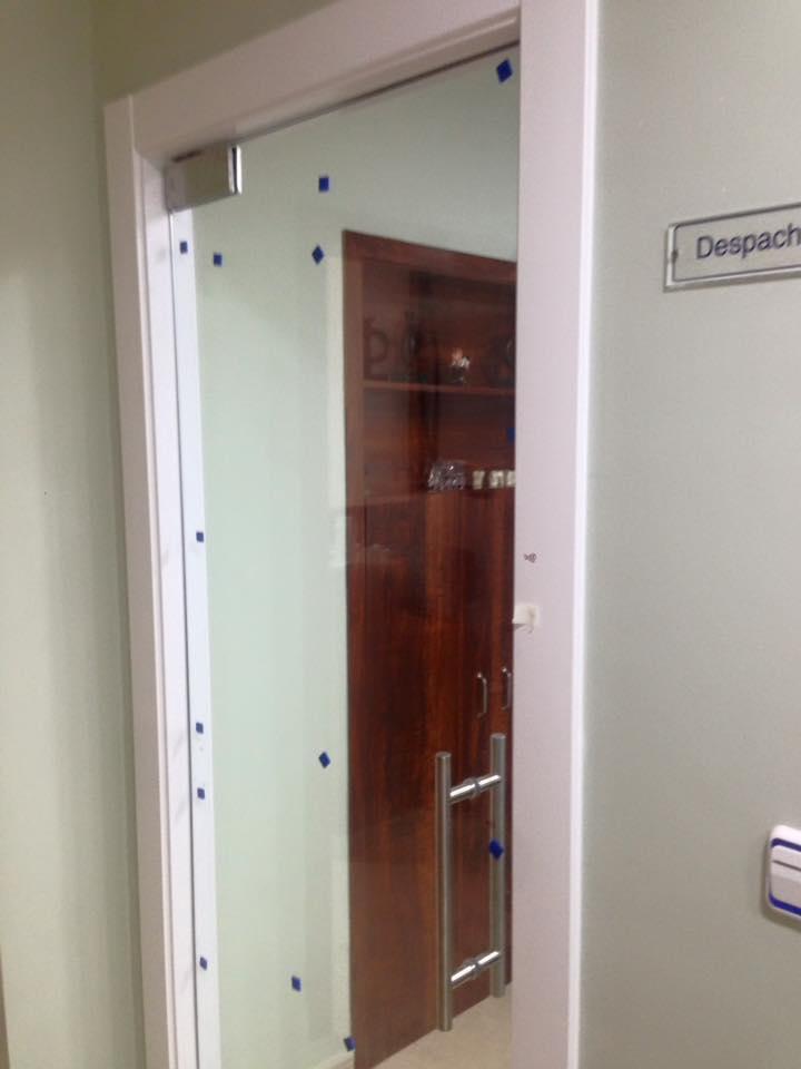 Puerta de cristal corredera con tirador carpinteria for Tirador puerta corredera