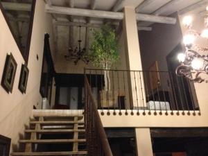 Vista frontal de escalera con peldaños de madera