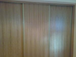 armario-de-puertas-correderas-de-madera-con-perfiles-en-aluminio