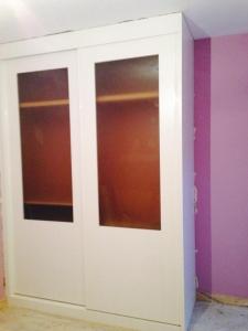 armario-lacada-en-blanco-con-puertas-correderas-y-cristales