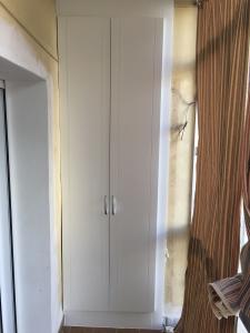 Armario de dos puertas y tiradores en acero inoxidable