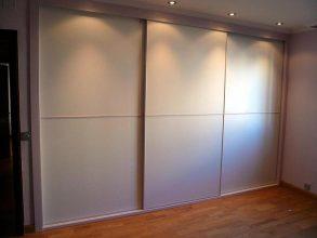 Armario con puertas correderas lacadas en blanco