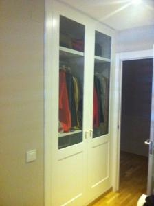 Armario blanco de dos puertas con cristales
