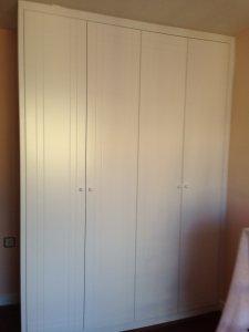 Puertas lacadas en blanco con rayas para armario