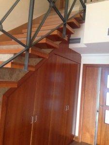 armario de madera en el hueco de la escalera