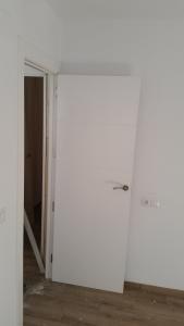 Puerta lacada en blanco para baños