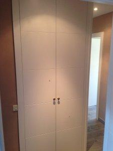Armario de dos puertas lacado en blanco con 4 rayas