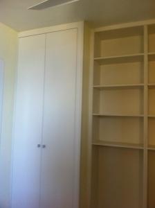 Armario empotrado con dos puertas y estantería blanca