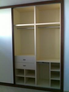 interior-de-armario-con-cajones-y-estantes