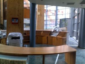 Mostrador recepción en madera para clínica