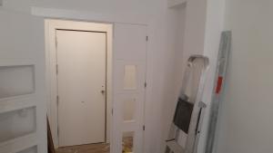 panelado-interior-de-puerta-de-entrada-lacado-en-blanco