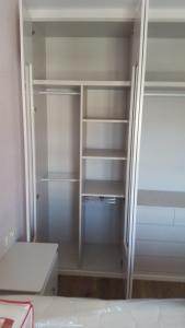 Interior de armario con estantes