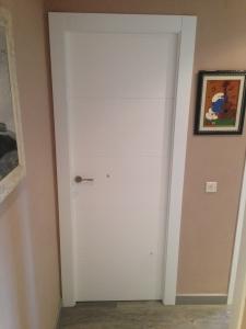 puerta-abatible-lacada-en-blanco