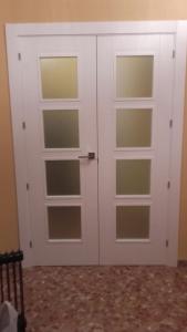 Puerta blanca cristalera de dos hojas