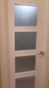 puerta-lacada-en-blanco-con-4-cristales